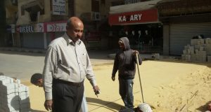 بالصور.. بدء تنفيذ مطبات لمساعدة ذوي الإعاقة وكبار السن في الأقصر