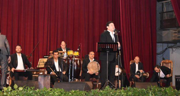 هاني شاكر يُحيي حفلًا غنائيًا بجامعة القاهرة وحضور كثيف للطلاب
