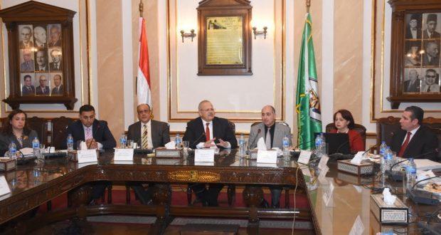 رئيس جامعة القاهرة يستعرض تقريراً حول انجازات مركز الحد من المخاطر والدراسات البيئية بالجامعة
