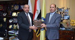 رئيس جامعة بني سويف يتسلم درع الجمعية المصرية للدراسات النفسية