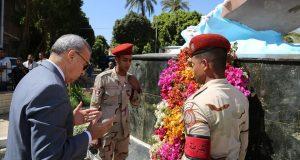 محافظ قنا يضع إكليل زهور على النصب التذكاري لشهداء معركة البارود