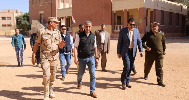 محافظ سوهاج ومدير الأمن يتفقدان التجهيزات النهائية للجان الانتخابية