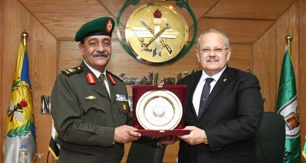 رئيس جامعة القاهرة يوقع بروتوكول تعاون مع أكاديمية ناصر العسكرية لتأهيل الكوادر في مجال الدراسات الاستراتيجية والأمن القومي