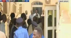 """شاهد لحظة وصول الرئيس السودانى السابق """"البشير"""" إلى مقر محاكمته"""