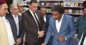 إقبال أهالى مطروح على معرض الكتاب عقب افتتاحه بقصر الثقافة
