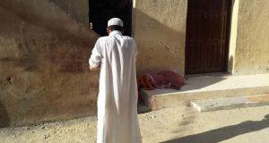 بالصور..مضطرب نفسيا يستخرج جثة والدته بعد وفاتها ويصطحبها للمسجد بمطروح
